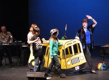 Charlotte and Delta students demonstrate the value of walking to school with the 'Walking School Bus' (l'Autobus scolaire pédestre) 2010