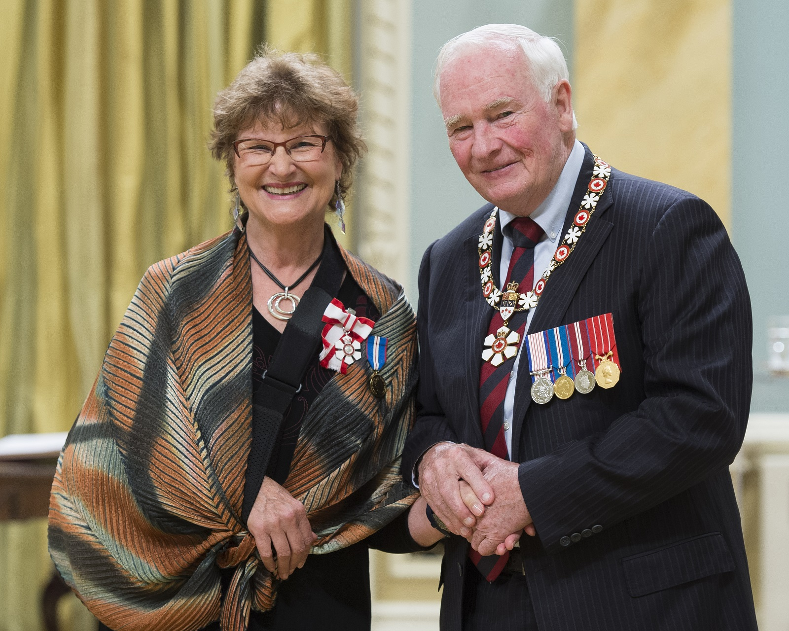 GG02-2017-0299-032 August 25, 2017 Ottawa, Ontario, Canada The Governor General presents the Member insignia of the Order of Canada to CharlotteDiamond, C.M. His Excellency the Right Honourable David Johnston, Governor General of Canada, invested1 Companion,13 Officers and 30 Membersinto the Order of Canada during a ceremony at Rideau Hall, onFriday, August 25,2017. Credit: MCpl Vincent Carbonneau, Rideau Hall, OSGG