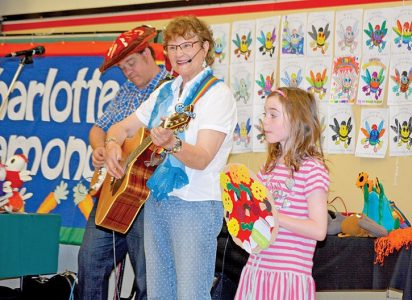 Charlotte and Matt perform a bilingual concert at Nesika French Immersion School